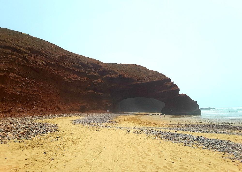czerwone łuki skalne na plaży Legzira