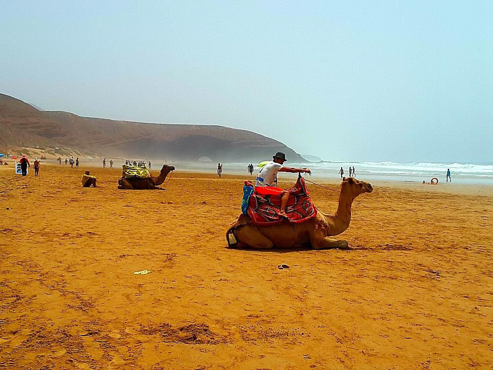 Legzira to plaża z czerwonymi łukami skalnymi