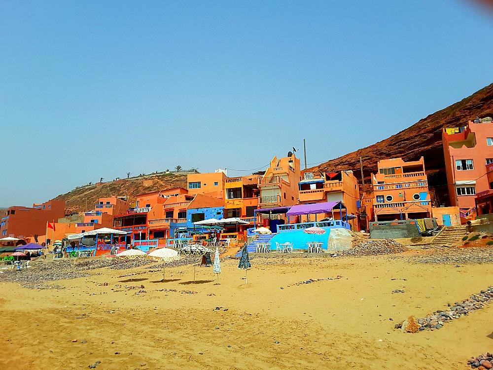 kolorowe restauracje na plaży Legzira