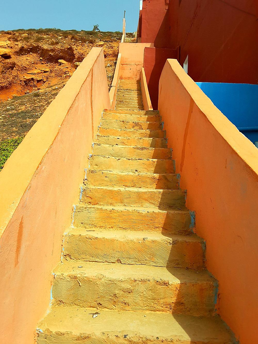 schody na plaży Legzira w Maroku