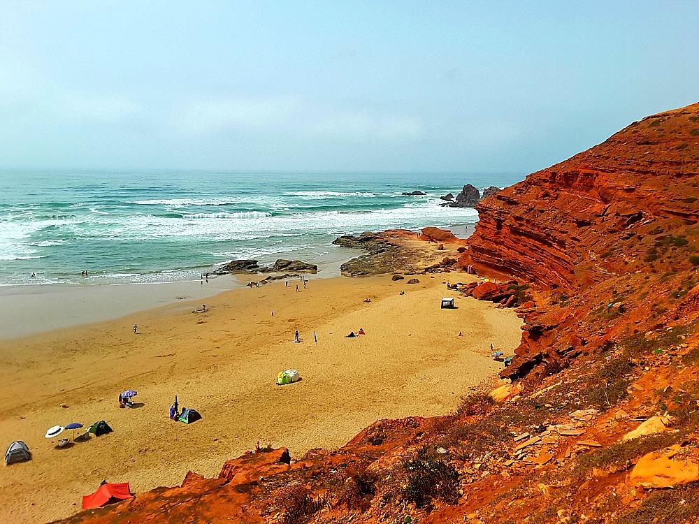 widok na morze i skały z plaży Legzira